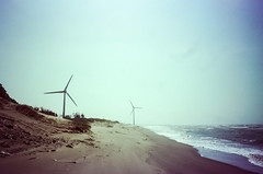 Wind Power at the Beach (hiphopmilk) Tags: copyright©jaredyehwooehmoehfilms film analog analogue 35mm 135film konica offroad zoom 現場監督 kodakfilm kodak jaredyeh hiphopmilk taiwan miaoli windmill wind windpower sky coast sea shore beach