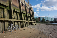 Sunday cycle (Spannarama) Tags: foreshore thames river london uk rocks stones sand blueskies sunshine sunlight bike bicycle mybike flats northgreenwich greenwich wall
