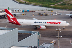 QANTAS FREIGHT B767-300ERF VH-EFR 001 (A.S. Kevin N.V.M.M. Chung) Tags: aviation aircraft aeroplane airport airlines apron spotting plane mfm macauinternationalairport qantas cargo freight boeing b767 b767300erf b767300er beacon