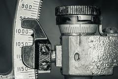 Für eine präzise Einstellung --- For accurate adjustment (der Sekretär) Tags: anstrich anzeige detail farbe gradskala lack lackierung libellenquadrant maschinenschraube messgerät messing messinstrument mikrometerschraube objekte schraube skala winkelmesser zahl alt anglemeter anglemetre bolt brass closeup dial eingraviert engraved engraving gauge goniometer graduatedscale graviert gunnersquadrant lacquer levelquadrant measuringinstrument micrometercaliper micrometercalliper micrometergauge micrometerscrew number obsolet obsolete old outofdate outdated painting protractor scale screw veraltet