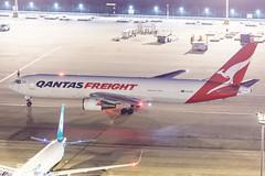 QANTAS FREIGHT B767-300ERF VH-EFR 009 (A.S. Kevin N.V.M.M. Chung) Tags: aviation aircraft aeroplane airport airlines apron boeing b767 b767300 b767300erf cargo freight qantas plane spotting mfm macauinternationalairport night beacon light ramp