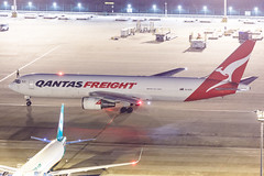 QANTAS FREIGHT B767-300ERF VH-EFR 0091 (A.S. Kevin N.V.M.M. Chung) Tags: aviation aircraft aeroplane airport airlines apron boeing b767 b767300 b767300erf cargo freight qantas plane spotting mfm macauinternationalairport night beacon light ramp
