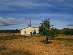 La casa de la pradera (kirru11) Tags: campo casilla árboles huetas peñas castillo cielo nubes lacasadelapradera parra moscatel quel larioja españa kirru11 anaechebarria canonpowershot
