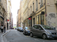 Space Invader LY_15 (tofz4u) Tags: reactivated restauré spacerescueintl reactivationteam lyon 69 rhöne france streetart artderue invader spaceinvader spaceinvaders mosaïque red rouge mosaic tile ly15 blanc white street rue people pedestrian piéton