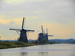DSCN0780 (alainazer) Tags: kinderdijk nederland paysbas holland hollande eau acqua water ciel cielo sky moulin mulino windmill