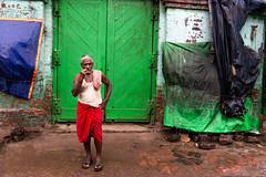 (Karunyaraj) Tags: kolkatta westbengal colours streetphoto brushing pose rgb colourfulstreet india indian environmentpotrait nikond610 d610 nikon24120 cwc cwc742