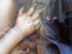 main de l'enfant et main du photographe (marellezap) Tags: lelouvre peinture mains musée