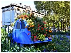 La deudeuche en fleurs (BelSoq) Tags: 2cv deudeuche fleurs flowers couleurs bleu blue rondpoint hayange lorraine moselle auto voiture décoration