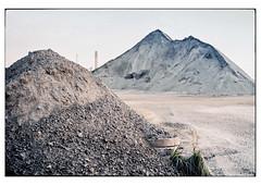 (schlomo jawotnik) Tags: 2019 juli emden ostfriesland haufen hafen sand kies geröll gras kamin beton schacht analog film kodak kodakproimage100 usw