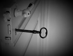 La porta delle idee si apre con la chiave dell'ispirazione. (ornella sartore) Tags: porta chiave bianco nero dettagli serratura