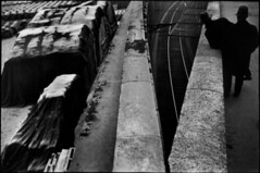 (vittoriosettimio.ndhs) Tags: balustrade dedos deuxpersonnes extérieur exterior manallages masculin paris75005 railwaytracks twopeople typehumainblanc viewfromrear voieferrée whitepeople