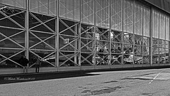 Curiosando. (Michele Monteleone) Tags: michelemonteleone45 2019 canon 5dmarkiii bianconero noiretblanc whiteblack museo aereo strada street streetphotography