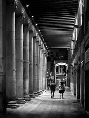 Nit a La Boqueria (JR Garcia) Tags: blackandwhite street barcelona night noche nuit catalunya market mercado marché mercatdelaboqueria mercatdesantjosep blancoynegro blanc negre bw columns columnes columnas