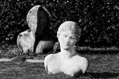 Les visiteurs du soir. Jardin Mosaïc. Houplin-Ancoisne. (Eric Erac) Tags: statues portrait visages face yeux regard look eyes