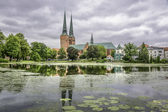 Lübeck (dietmar-schwanitz) Tags: lübeck schleswigholstein deutschland germany norddeutschland northerngermany mühlenteich teich pond wasser water dom cathedral kirche church spiegelung reflections wolken himmel clouds sky architektur architecture alt old vintage skyline bäume trees sehenswürdigkeit sight reise travel trip reisefotografie travelphotography urlaub vacation nikon nikond750 nikonafsnikkor24120mmf40ged lightroom colorefex nikcollection dietmarschwanitz