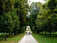 Schlosspark Eckartsau / Eckartsau Palace Garden (rudi_valtiner) Tags: schlosseckartsau eckartsaupalace schloss palace castle park garten garden bäume trees weg way laterne lantern marchfeld nationalparkdonauauen eckartsau niederösterreich loweraustria österreich austria autriche
