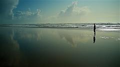 La Belle et la Mer (mifranc91) Tags: fuji x100 mer nuages clouds sea vagues waves reflets eau water silhouette ombre belle