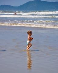 (o mar) Atrai... em qualquer idade!!!! (Ruby Augusto) Tags: baby bebê child mar sea beach waves ondas litoralnortepaulista sand areia praia forest mataatlântica