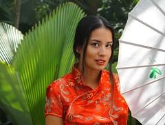 Esmeralda, tropical rainforest (e³°°°) Tags: esmeralda tropical rainforest tropischregenwoud tropisch regenwoud mademoiselle meisje femme mädchen model asian sorria portrait portraiture portret pose girl glimlach gorgeous woman dame asia botanicalgarden tuin smile stunning sourire sonrisa smiling shoot sophisticated