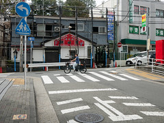 T字路 (kasa51) Tags: street people bicycle road tjunction slope yokohama japan t字路 cityscape streetscape 坂道 看板 sign