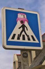 Clet_3628  baie des trépassés (meuh1246) Tags: streetart bretagne finistère cletabraham clet panneau baiedestrépassés clédencapsizun voiture