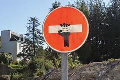 Clet_4274 Pont Croix (meuh1246) Tags: streetart bretagne finistère cletabraham clet panneau pontcroix