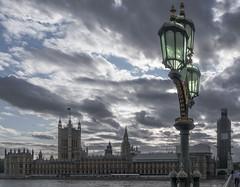 La luz de aquella farola (*Nenuco) Tags: westminster london londres bigben nikon d5300 18105 nikkor jesúsmr clouds nubes