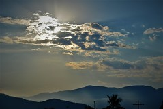 Above mountains always! (Ruby Ferreira ®) Tags: sunset pôrdosol montanhas mountain cloudscape nuvens rays raiosdesol layers coqueiro