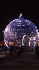 DSCF1709 (rugby#9) Tags: fuengirola spain costadelsol andalucia christmaslights christmas bauble large giant round christmasdecoration decoration people