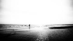 Untitled (ℓP) Tags: toscana mare italia persone italy bw bn tuscany coppia silhouette