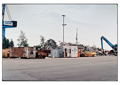 (schlomo jawotnik) Tags: 2019 juli emden hafen haufen schrott container kran bagger laternenmast bäume asphalt analog film kodak kodakproimage100 usw