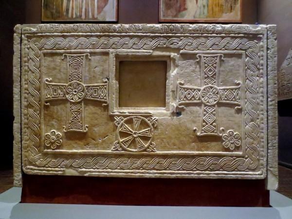 42 Алтарь короля Рахиса. Задняя стенка с окошком для реликвий