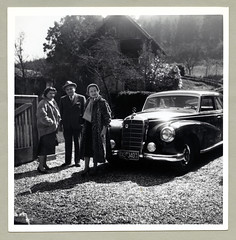 "Mercedes-Benz 300 (Vintage Cars & People) Tags: vintage classic black white ""blackwhite"" sw photo foto photography automobile car cars motor mercedes 300 mercedesbenz mercedes300 w186 coupé vehicle antique auto economicmiracle wirtschaftswunder lady woman fellow chap man bloke 1950s 50s fifties fashion fur furcoat pelz pelzmantel handbag gloves silkscarf pocketsquare suit singlebreasted hat homburg homburghat veiledhat veil sunlight bright shiny"