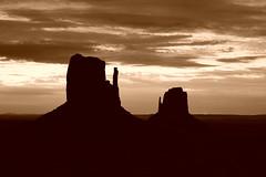 Monument Valley before sunrise (Alex Borst) Tags: amerika america usa arizona monument valley navajo tribal park lucht sky silhouet silhouette zwart wit zwartwit monochrome black white blackwhite bw bute butes
