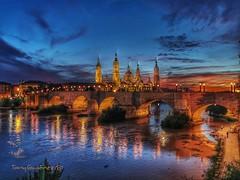 El día se acaba. (tonygimenez) Tags: reflejos nocturna anochece puentedepiedra rioebro catedral basilica aragón españa atardecer zaragoza