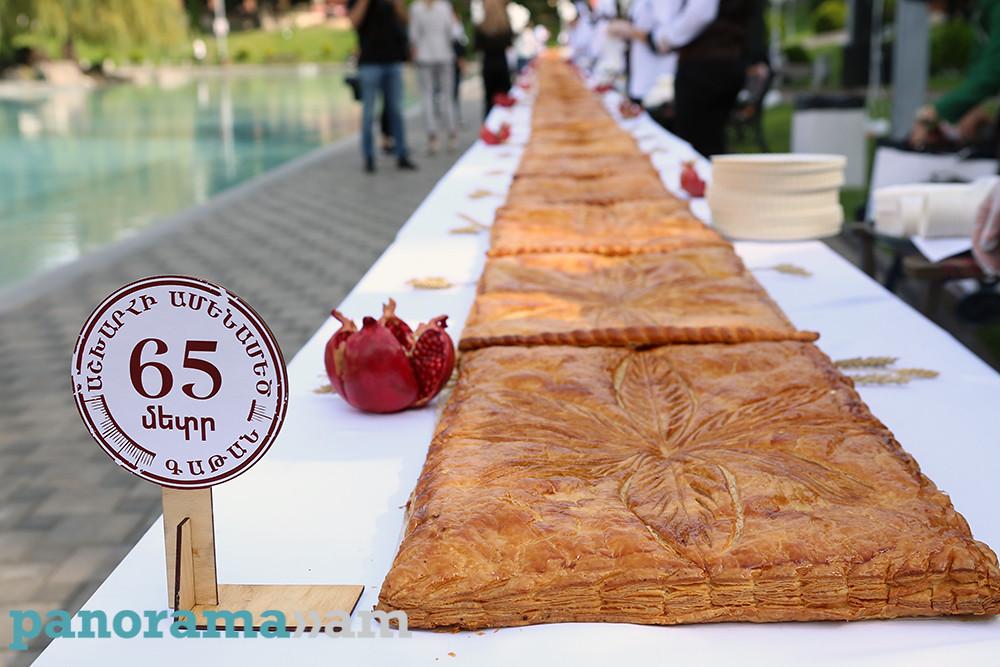 Աշխարհի ամենամեծ գաթայի համտես-հյուրասիրությունը՝ Երևանում.Գաթայից կարող է օգտվել մոտ հինգ հազար մարդ (ֆոտո)