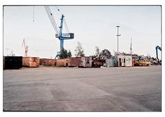 (schlomo jawotnik) Tags: 2019 juli emden ostfriesland hafen haufen asphalt kran bagger container laternenmast analog film kodak kodakproimage100 usw
