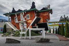 La maison à l'envers (Lucille-bs) Tags: europe autriche tyrol maison envers rouge maisonàlenvers maisonsurletoit architecture curiosité terfens