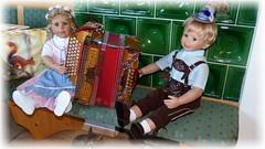 Jetzt ein bisschen Musik... / Now a little music... (ursula.valtiner) Tags: puppe doll luis bärbel künstlerpuppe masterpiecedoll dirndl dirndldress lederhose leathertrousers ziehharmonika accordion oktoberfest munichbeerfestival