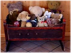 Die Ausseer Bärenbande! / The Ausseer bears gang! (ursula.valtiner) Tags: stofftiere stuffedanimals bären bears teddybären teddybears wiege cradle altaussee steiermark austria autriche österreich