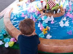 Pêche aux canards (Dahrth) Tags: lumix20mm lumixgf1 lumixmicroquatretiers lumixμ43 gf120 duckfishing funfair fêteforaine child enfant kid boy garçon pêcheauxcanards