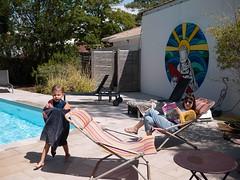 Jules & Pauline (Dahrth) Tags: lumix20mm lumixgf1 lumixmicroquatretiers lumixμ43 gf120 summer été piscine swimmingpool holidays vacances garçon mother son fils kid boy mère maman
