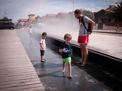 Nuage d'eau (Dahrth) Tags: lumix20mm lumixgf1 lumixmicroquatretiers lumixμ43 gf120 boy kid garçon child water steam vapeurdeau diagonale