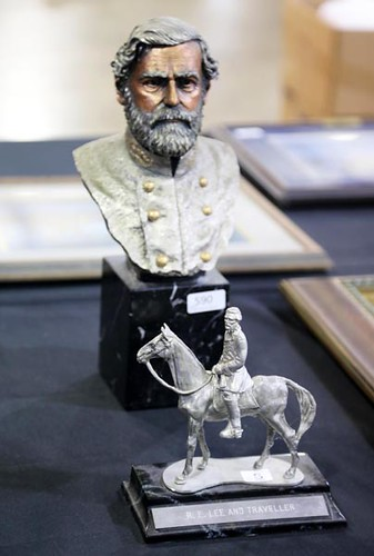 Robert E. Lee limited edition bust -pictured in back- ($257.60)