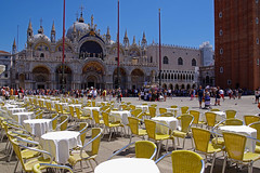 Classico veneziano (stefano.chiarato) Tags: venezia veneto piazza piazzasanmarco basilica basilicasanmarco tavolini bar urban paesaggiourbano pentax pentaxk70 pentaxlife pentaxflickraward