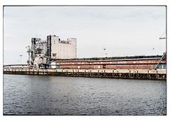 (schlomo jawotnik) Tags: 2019 juli emden ostfriesland hafen aussenhafen nordsee küste gebäude kaimauer wasser anleger netz analog film kodak kodakproimage100 usw