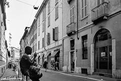 Milano, via Bergamini (Gian Floridia) Tags: mediterraneo milano viabergamini analogphotography bn bw bienne immigrazione kodaktmax400 leicam4p streetphotography streetportrait