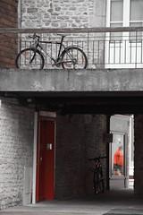 Croisement d'écarlates ! (Tonton Gilles) Tags: alençon normandie passage de la briante rouge noir et blanc partiel vélo bicyclette vélocipède porte personnage silhouette