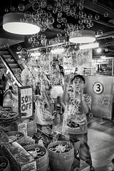 Hamleys bubbles (javiruiz) Tags: londres london londoneandro pompas bubbles niños juego blancoynegro blackandwhite vacaciones familia david dani inglaterra
