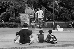 street performance (Hiroyuki Okamoto) Tags: rangefinder leica iiia summitar 50mm f2 135 kodak trix 400 hc110 selfdeveloped selfdeveloping homedeveloped blackandwhite monochrome film analog uenopark tokyo japan 上野公園 東京